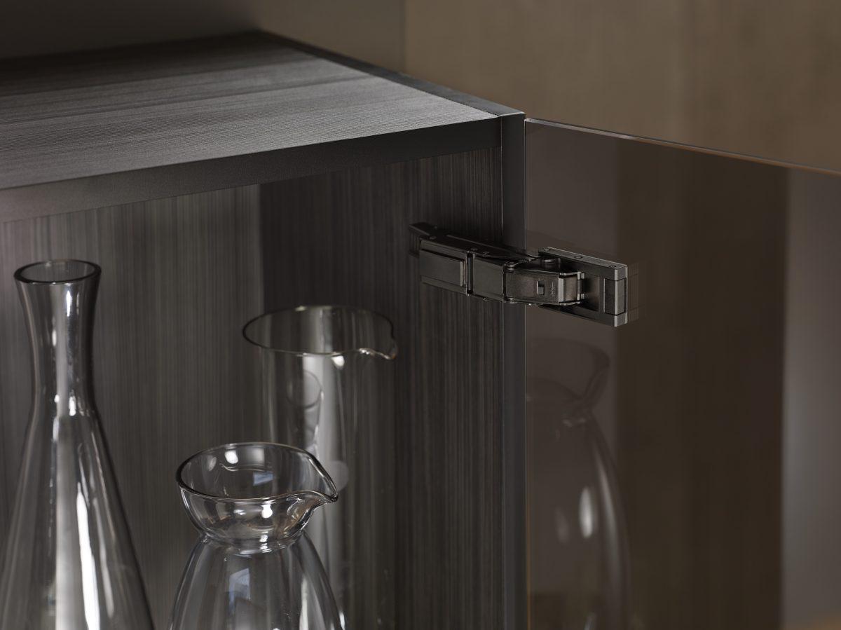 Scharniere in Onyxschwarz von Blum – auch für Möbel mit Glastüren. Foto: Julius Blum GmbH