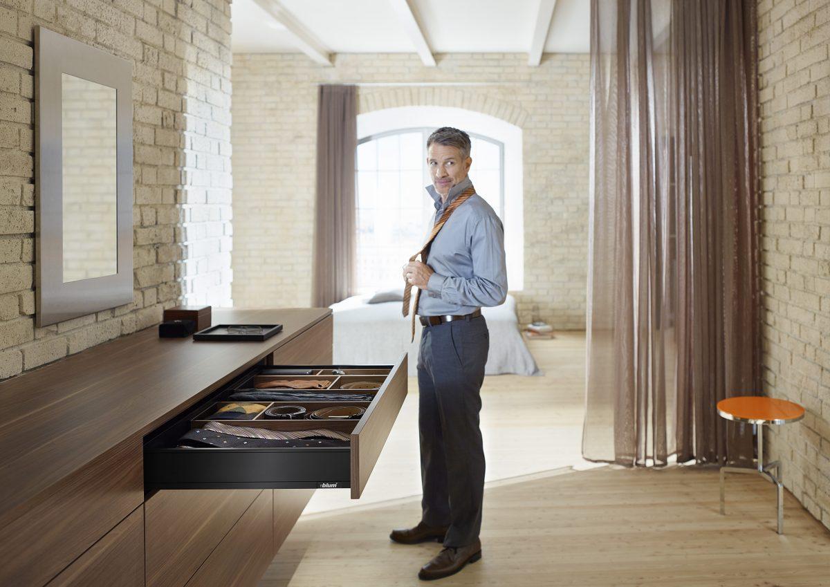LEGRABOX-Schubladen in Terraschwarz matt, Inneneinteilung AMBIA-LINE in Tennessee Nuss – eine elegante Kombination für dunkle Möbel.
