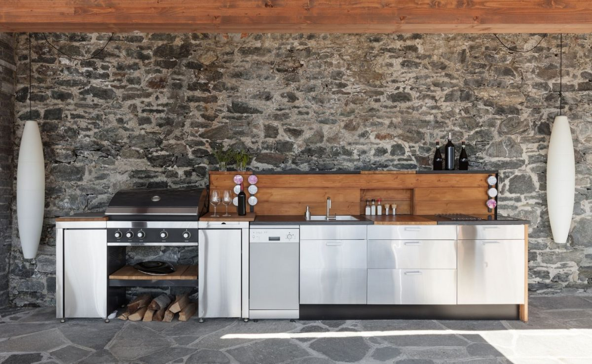 Überdachte Outdoor Küche aus Edelstahl und Holz