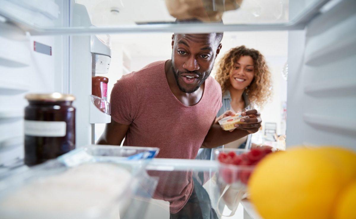 Vor dem Reinigen, den Kühlschrank ausräumen und Lebensmittel kühl lagern