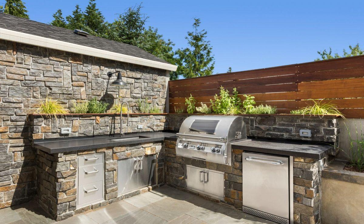 Outdoor Küche mit Arbeitsplatte aus Naturstein