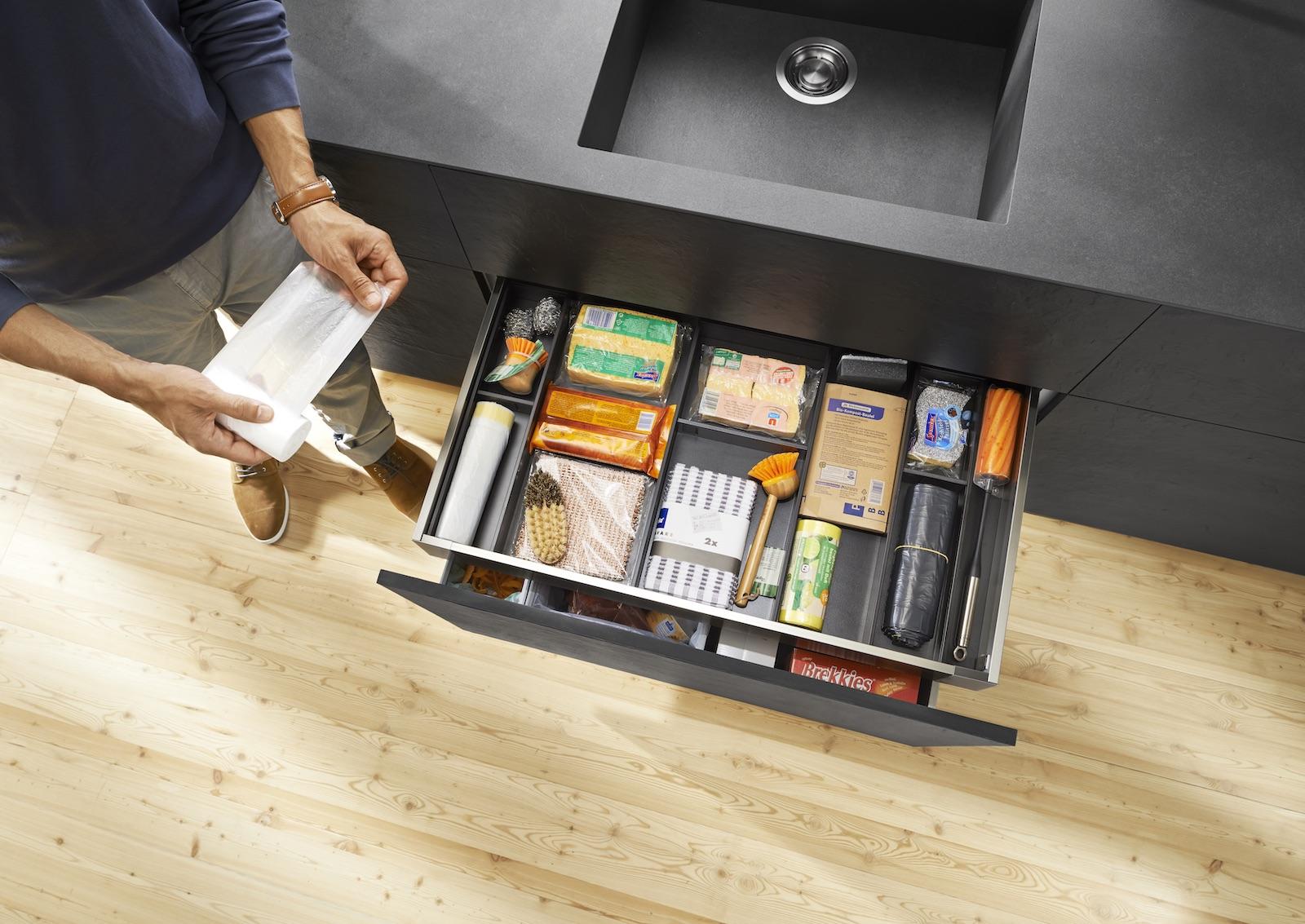 Oft ist unter der Spüle sogar genug Platz für einen praktischen Innenauszug; Foto: Julius Blum GmbH
