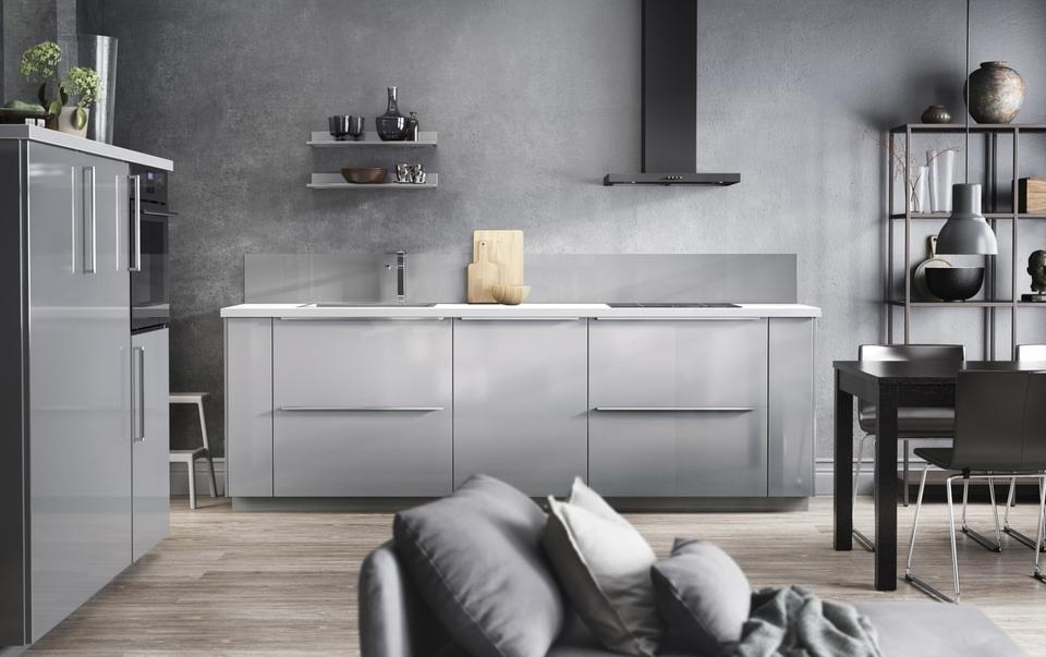 IKEA Küche mit schwarzem Dunstabzug