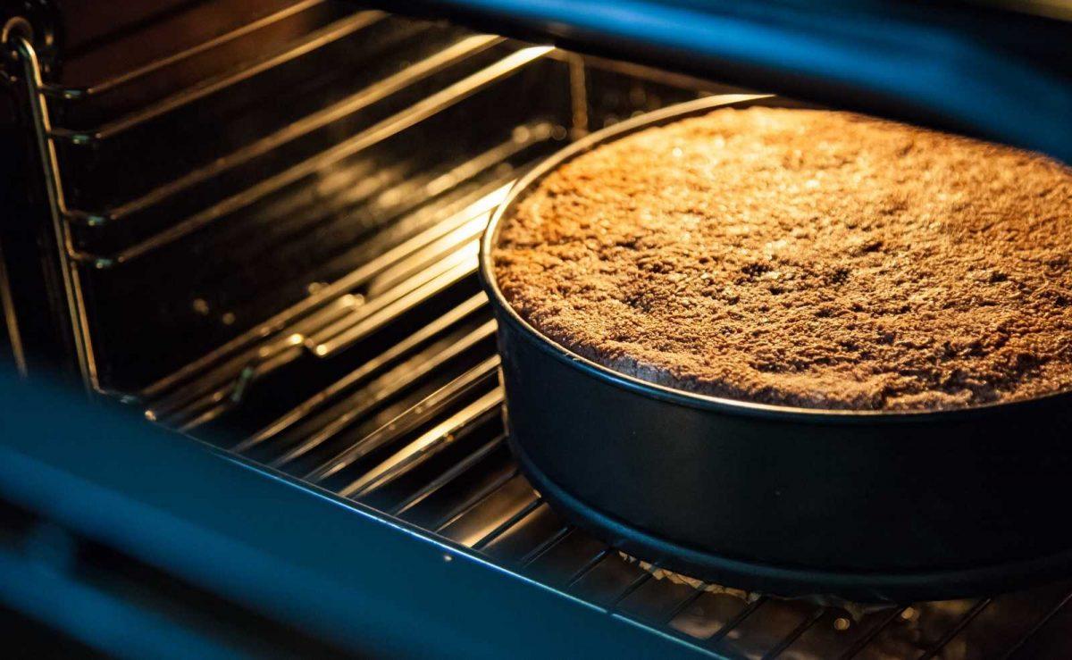 Kuchen auf mittlerer Schiene backen