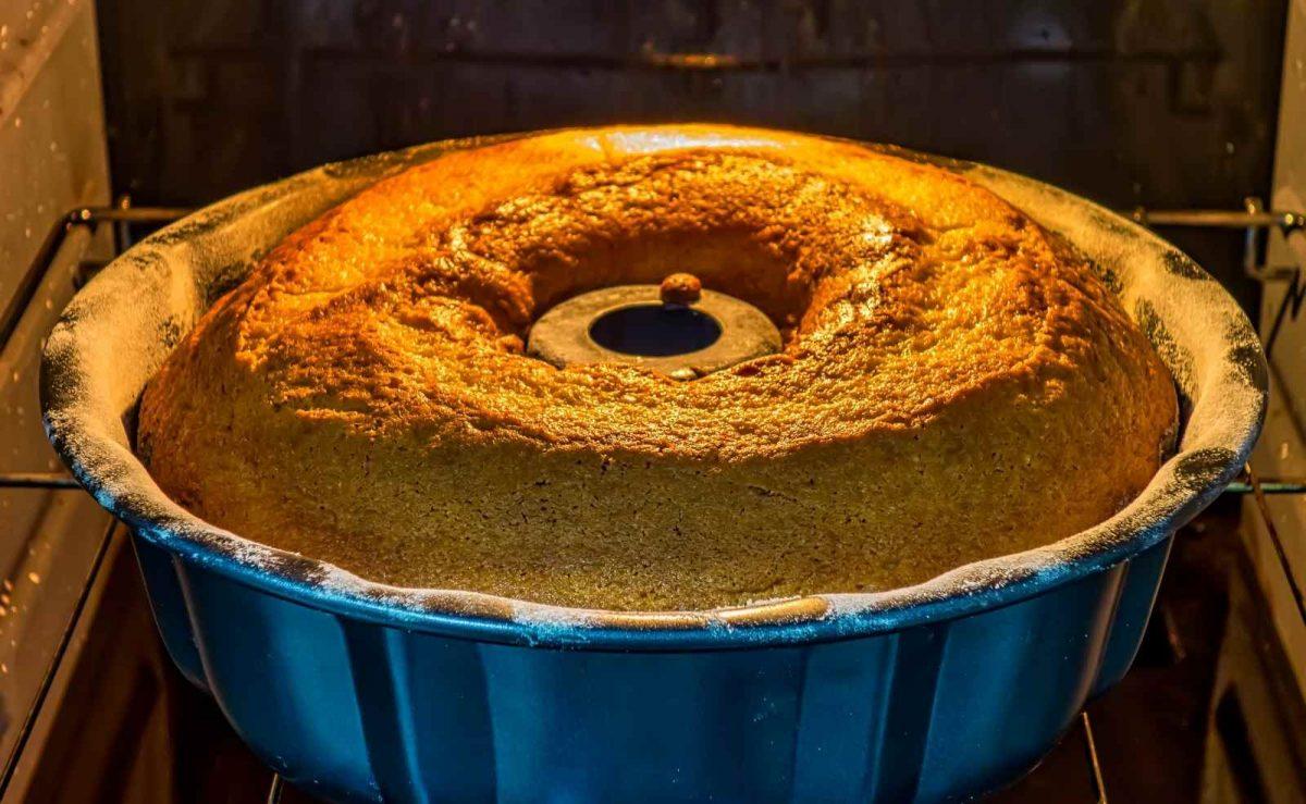 Hefe und Backpulver lassen den Kuchen gehen: Deshalb immer auf genügend Platz nach oben achten