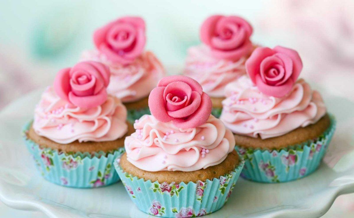 Cupcakes: Muffins mit Buttercreme und Verzierung