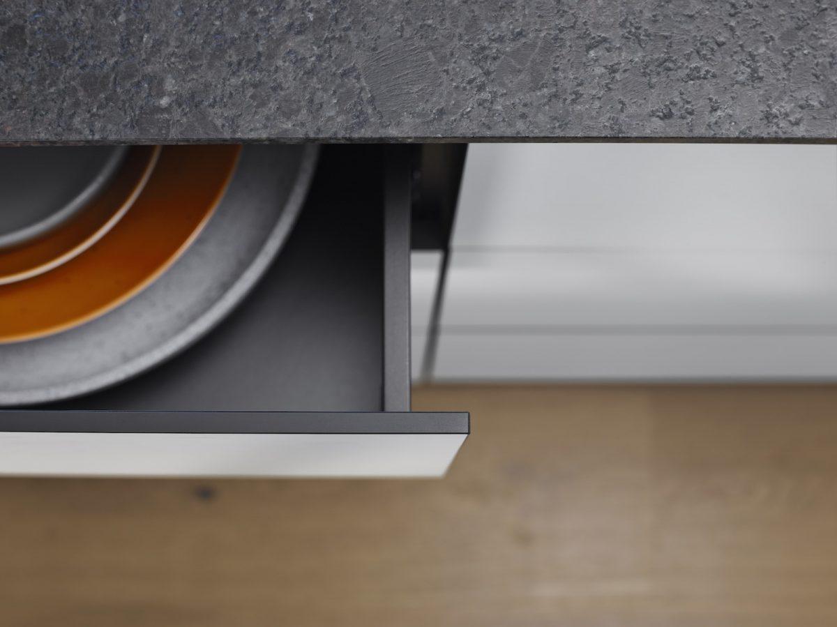 Dünne Fronten bringen das schlanke Design von Legrabox besonders gut zur Geltung – Expando T macht's möglich. Foto: Julius Blum GmbH