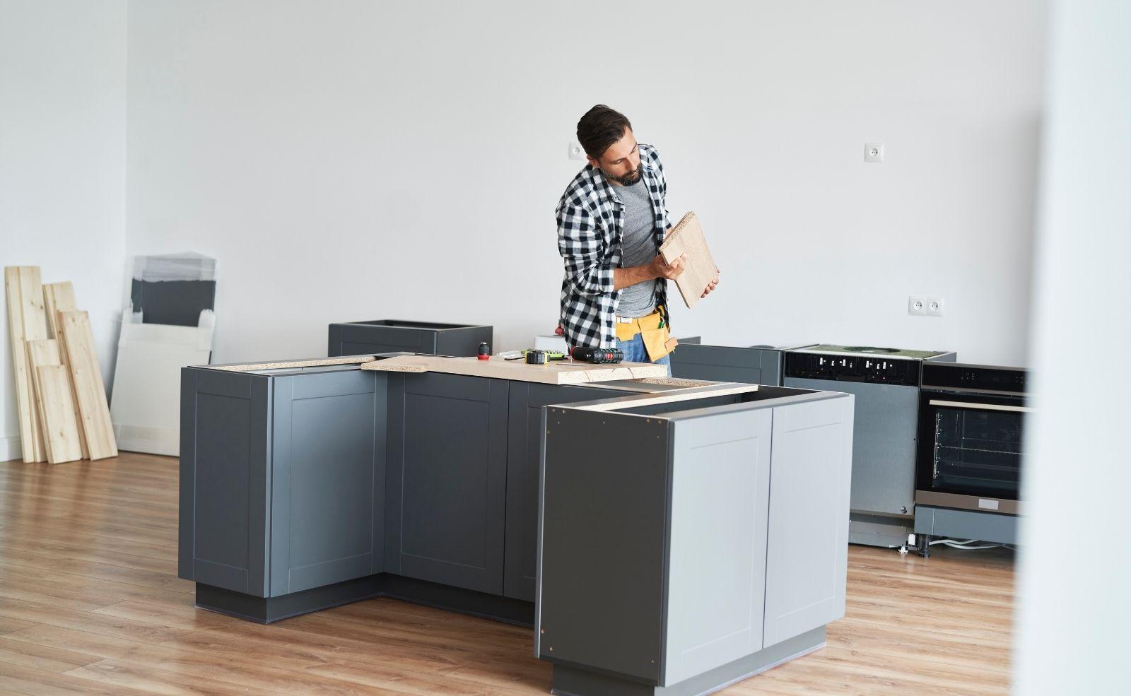 Arbeitsplatte in der Küche richtig befestigen