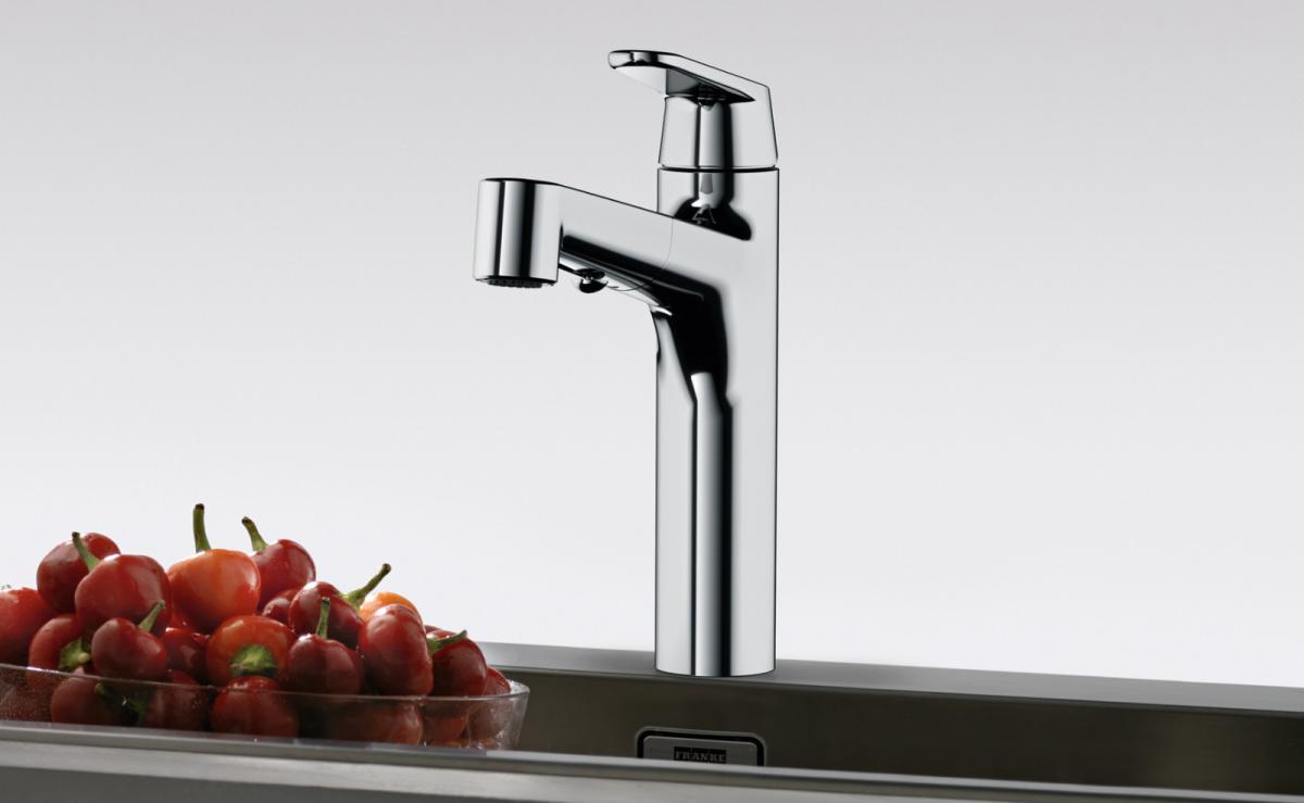 Elegant in ihrer Form präsentiert sich die neue Toplever-Armatur Lift von Franke in Chrom und Schwarz matt.
