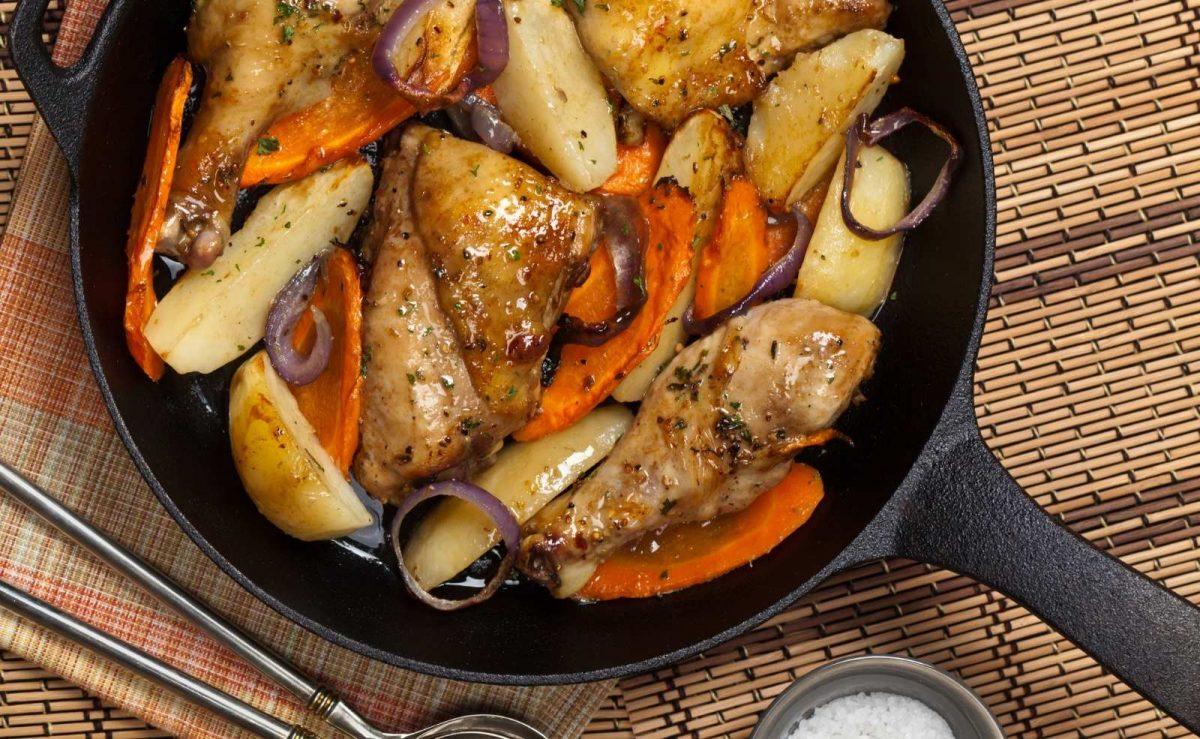 Knusprige Hähnchenschenkel mit Gemüse aus dem Ofen