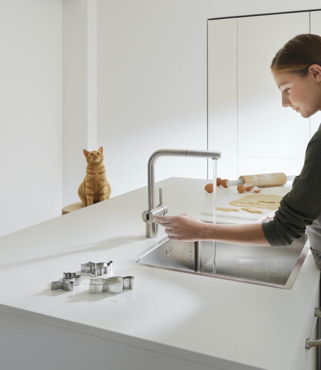 Einfaches Händewaschen auch nach dem Kekse backen - mit der Neo Atlas Senso von Franke bleibt die Armatur selbst dann sauber. Foto: Franke GmbH