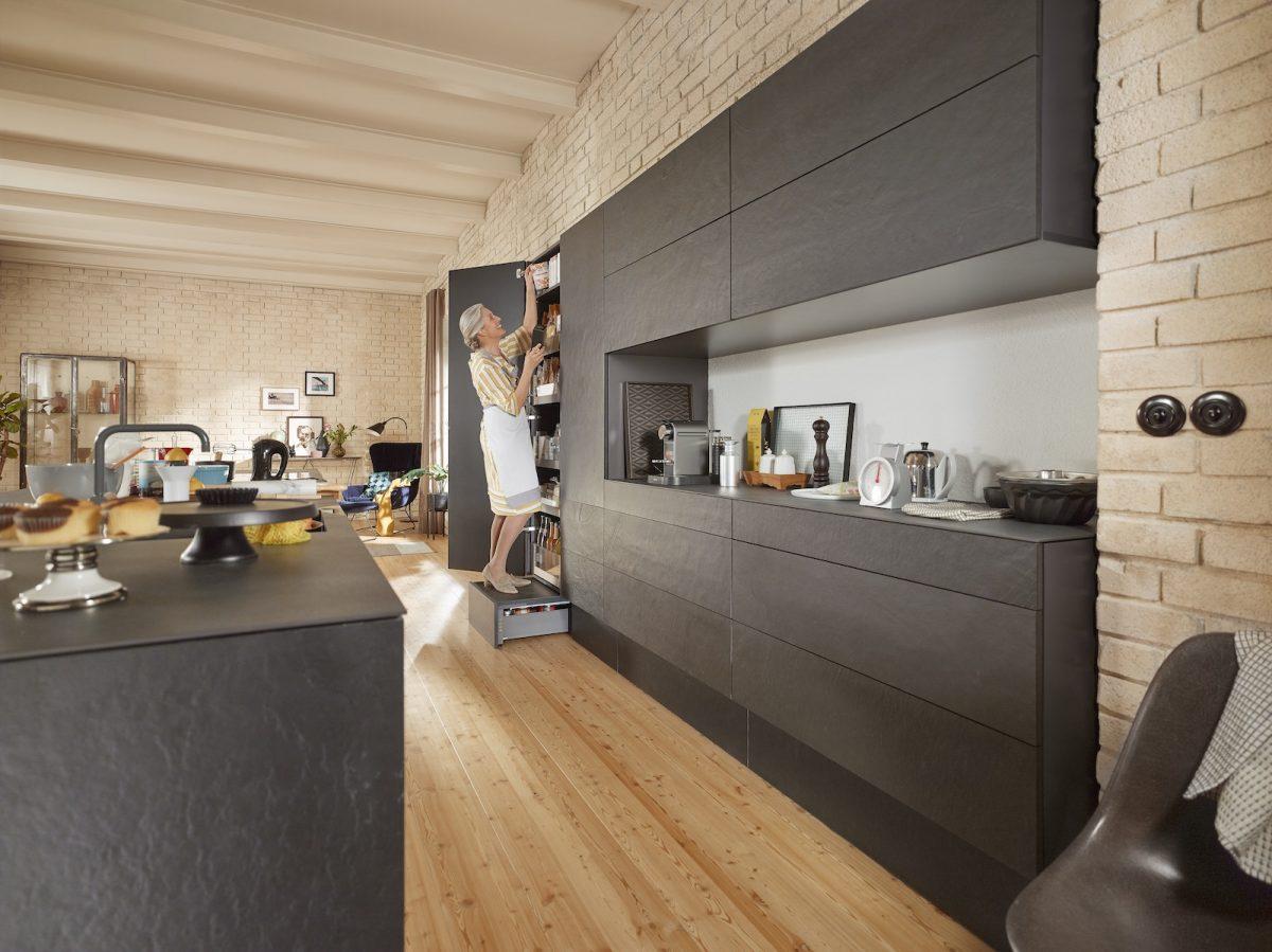 SPACE STEP hilft allen Küchennutzern, die oberen Staugüter in der Küche bequem zu erreichen. Foto: Julius Blum GmbH