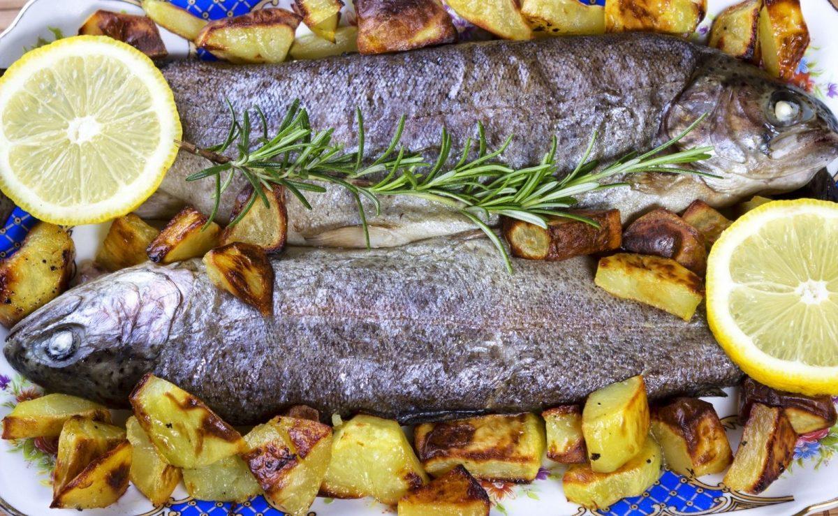 Forelle aus dem Ofen mit Kartoffeln & Zitrone