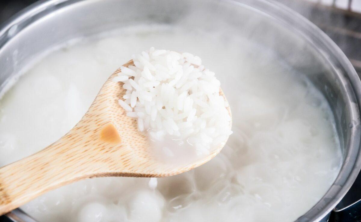 Bei der Wassermethode wird der Reis in der sechsfachen Menge Wasser gekocht bis er gar ist