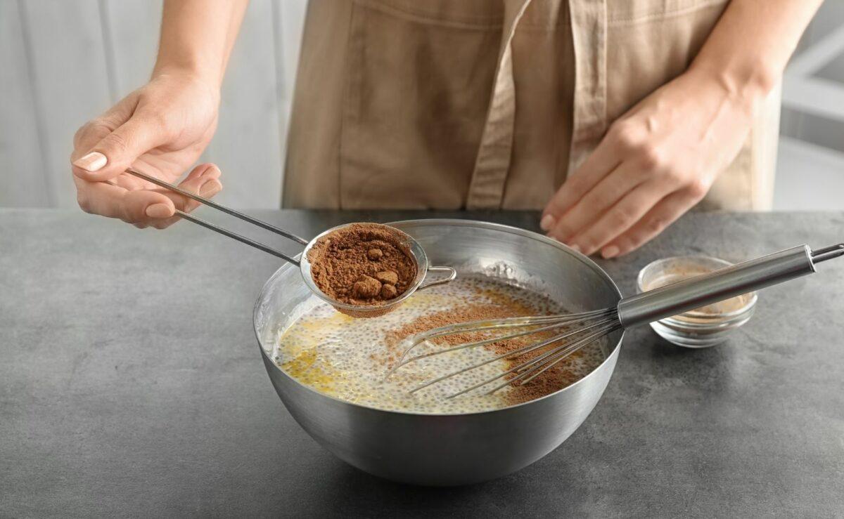 Wenn du möchtest, kannst du für Schokoladenpudding zu der Puddingmasse auch etwas Kakaopulver geben