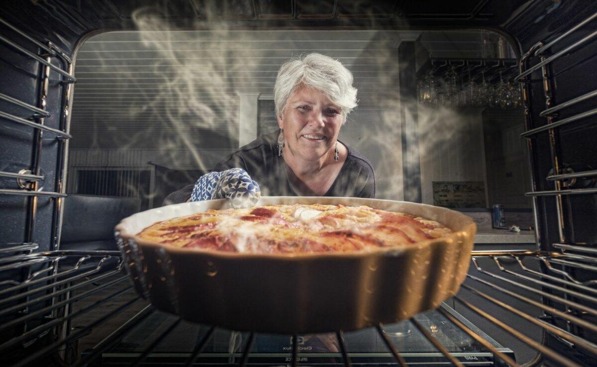 Omas Trick: Mit der Stäbchen Probe erkennst du, ob der Kuchen durch ist