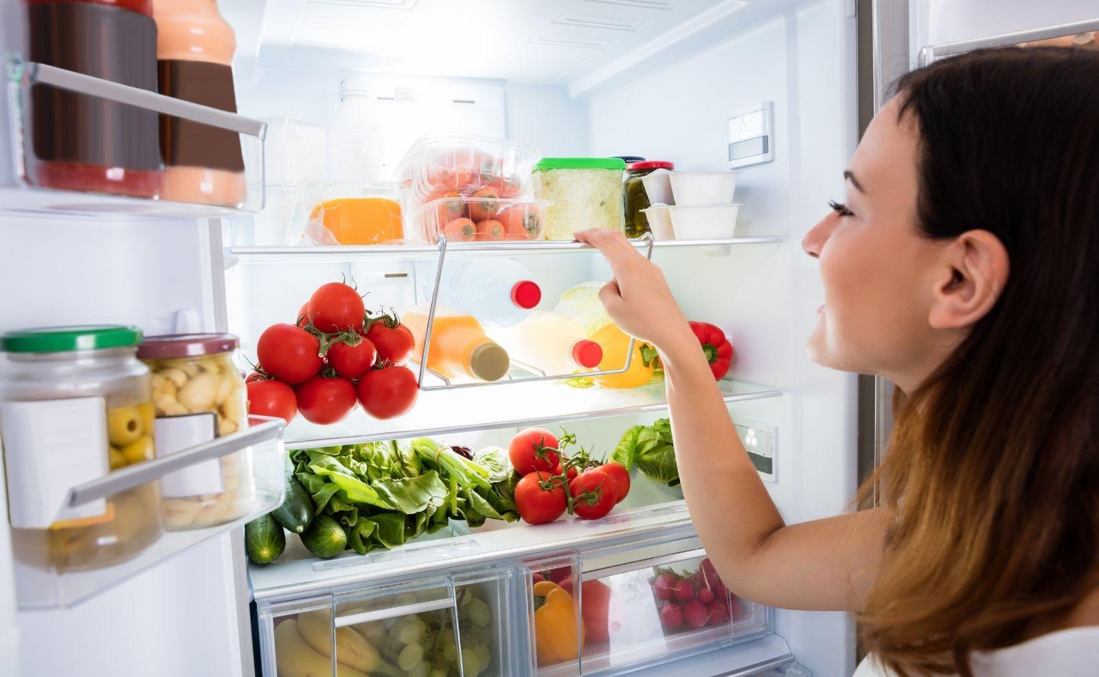 Kann man noch warmes Essen in den Kühlschrank stellen?
