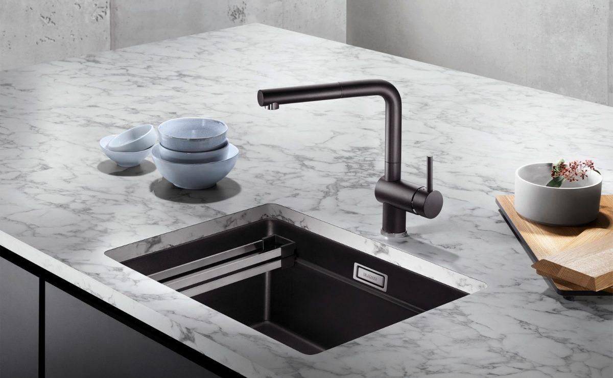 Becken in Silgranit-Schwarz schaffen geschmackvolle Kontraste zu weißen Arbeitsplatten. Foto: BLANCO
