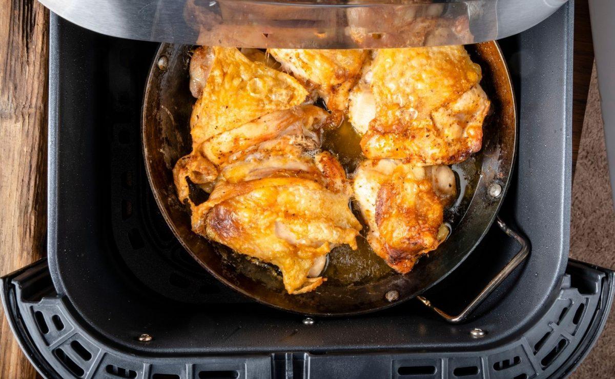 Hähnchenschenkel und Chicken-Wings Heißluftfritteuse