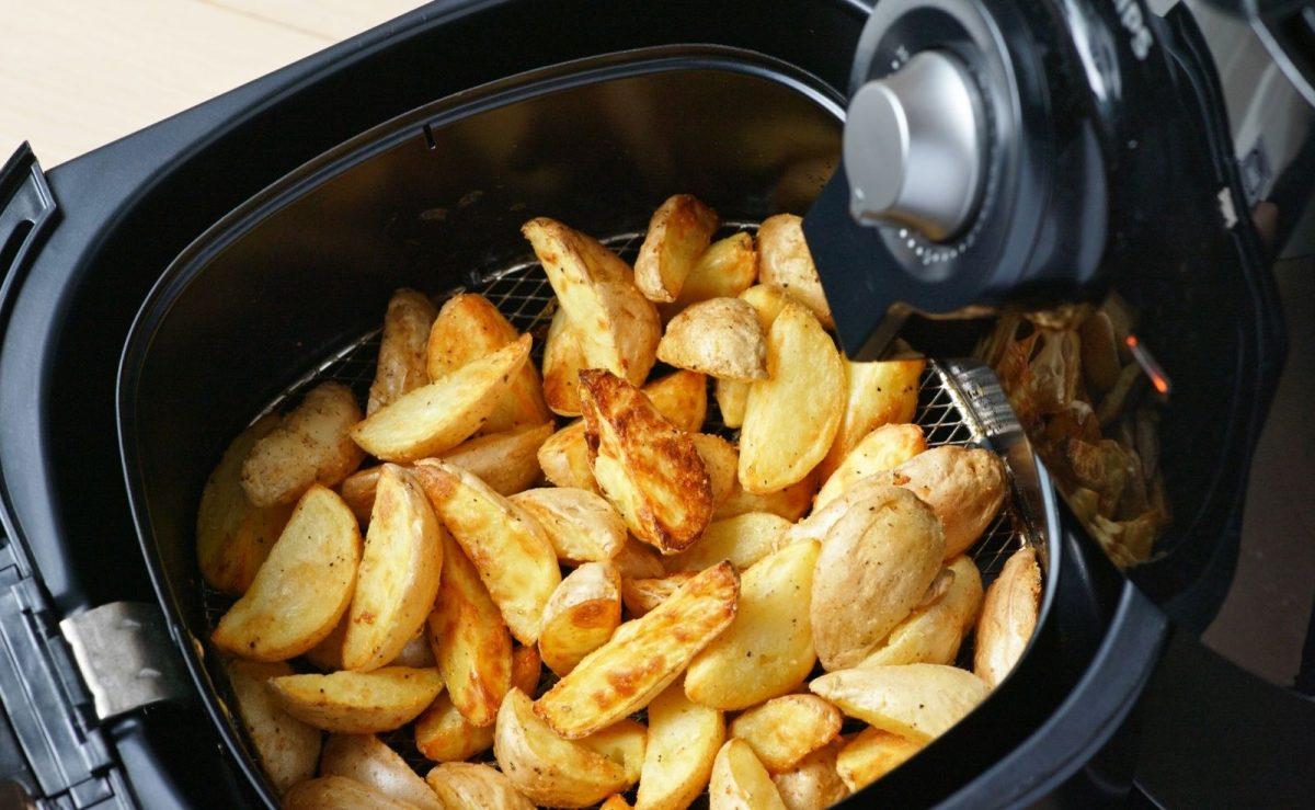 Perfekte Beilage zu Huhn aus der Heißluftfritteuse: Knusprige Kartoffelspalten
