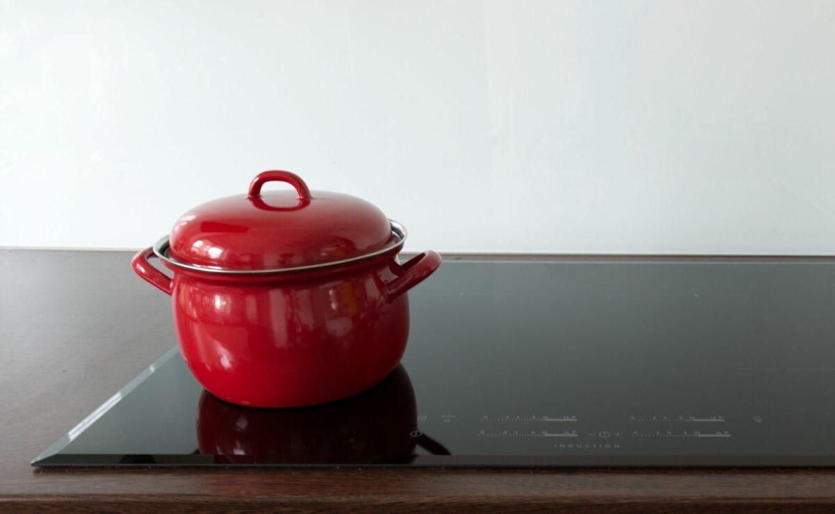 Auf einem Ceranfeld kannst du mit fast jedem Kochtopf kochen - auch mit einem Emailletopf.
