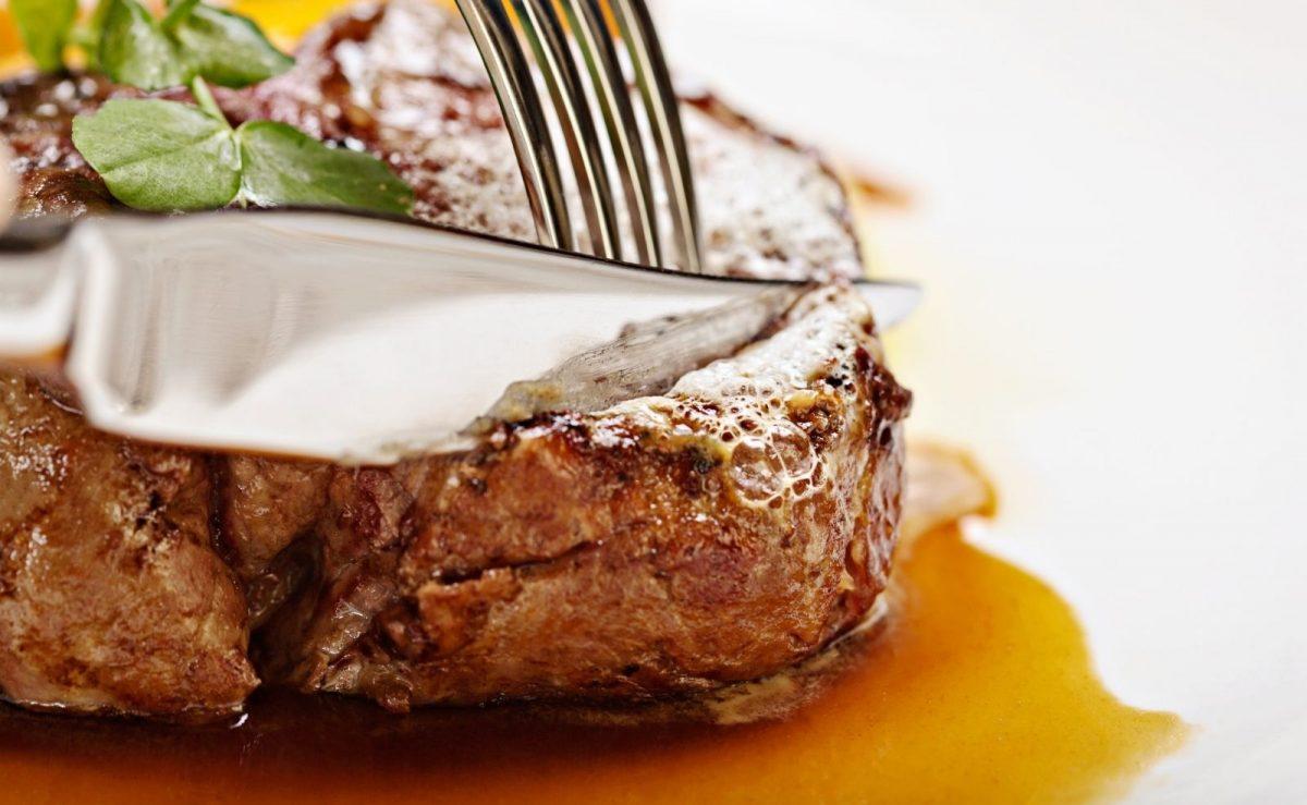Das Steakmesser wird von dir und deinen Gästen direkt am Tisch verwendet
