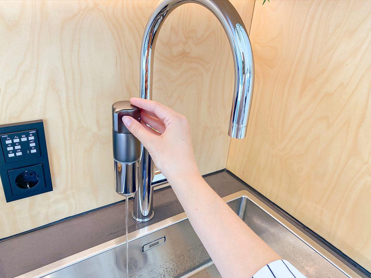 In der Schweiz entwickelt, kinderleicht zu bedienen und kompakt im Auslauf der Armatur verbaut, spendet die Franke Vital frisches, klares und wohlschmeckendes Wasser direkt ins Glas
