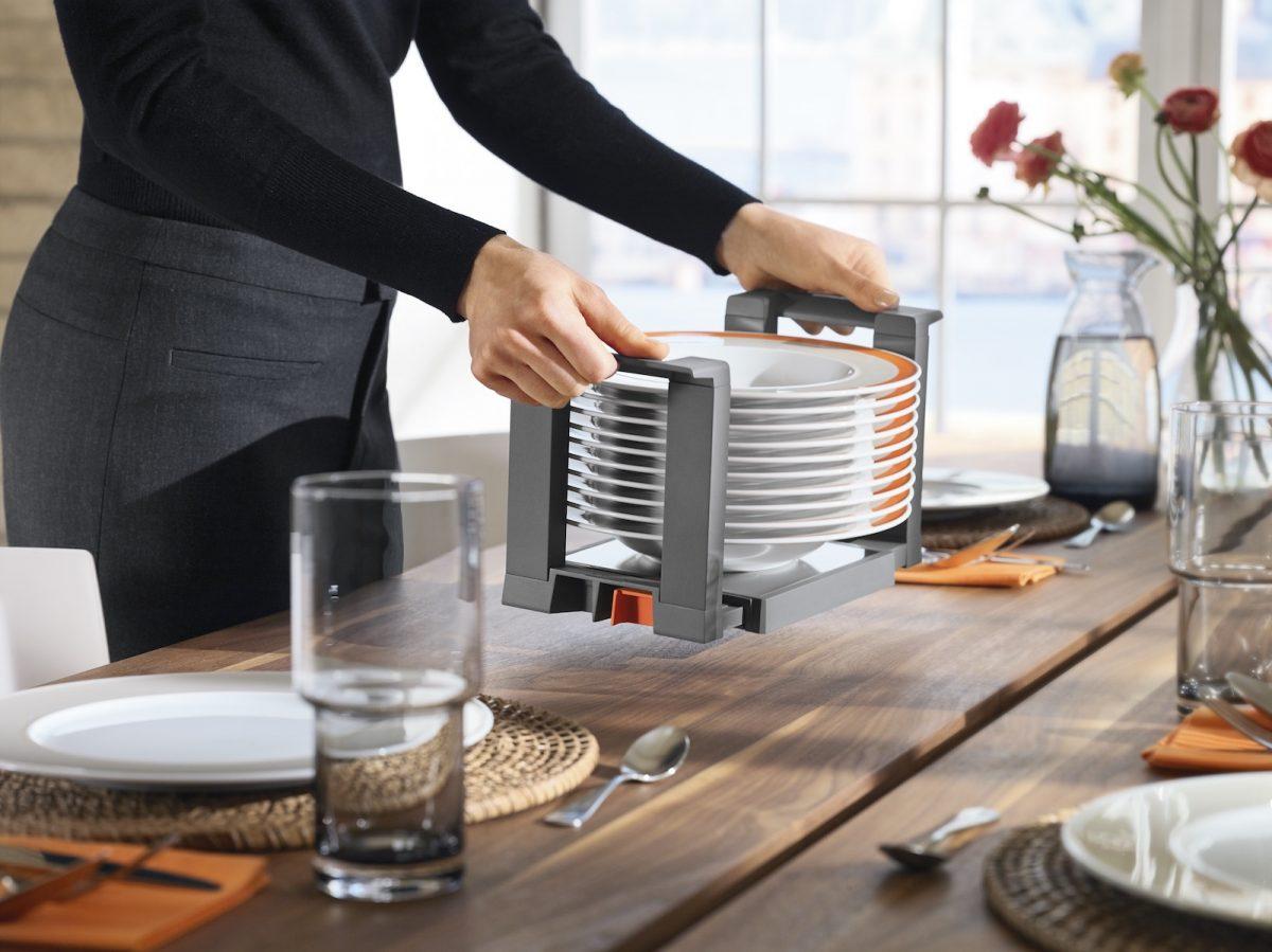 Mit dem Blum-Tellerhalter ist das Essgeschirr schnell auf dem Tisch. Foto: Julius Blum GmbH