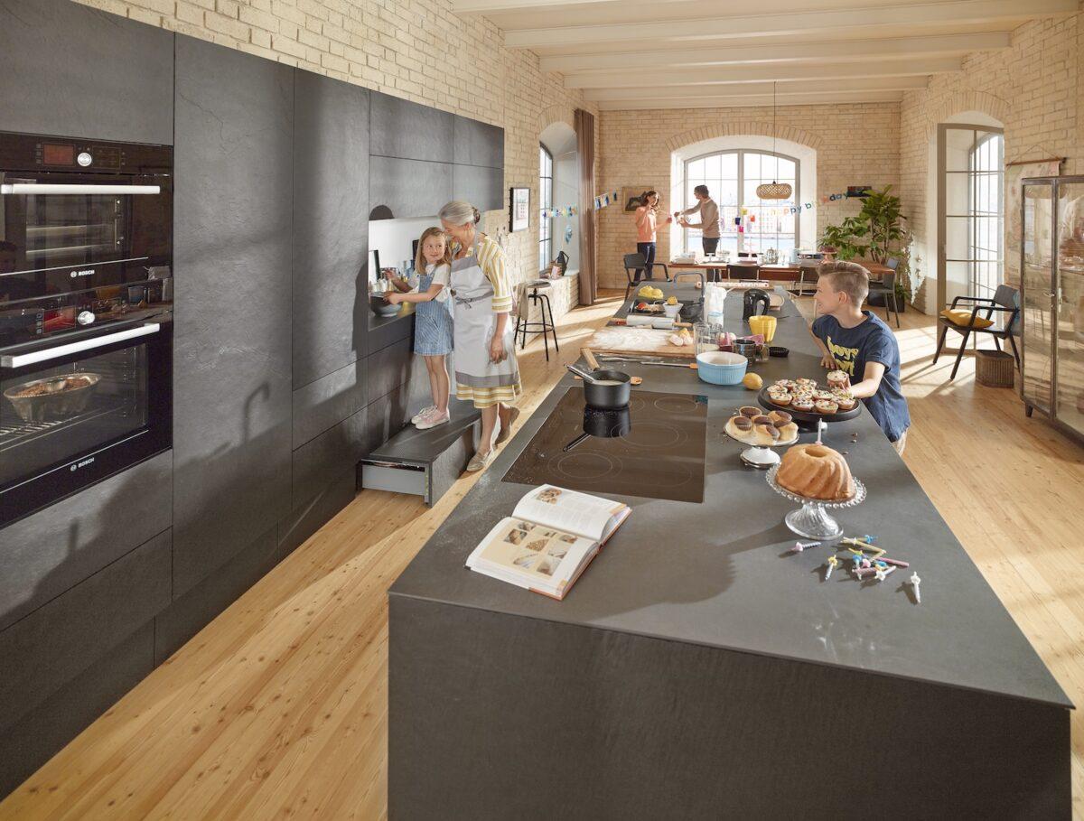SPACE STEP von Blum dient als praktische Tritthilfe und zaubert versteckten Stauraum in deine Küche