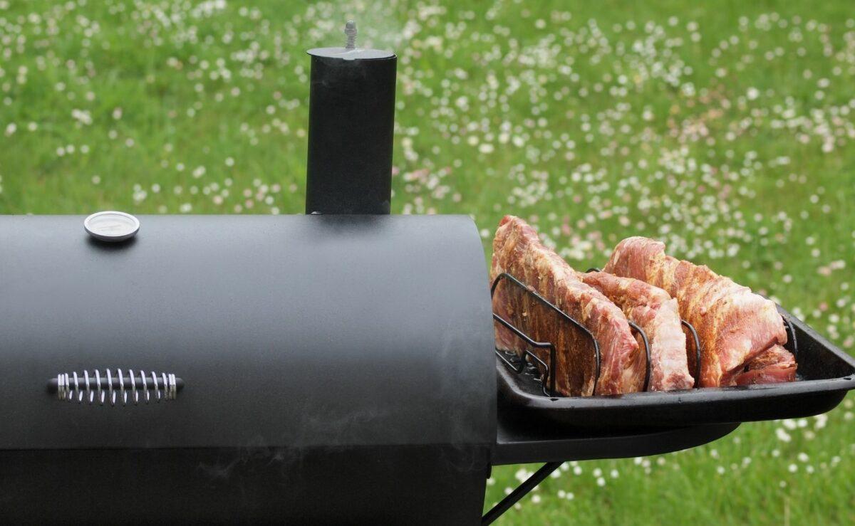 Bei langsamen Garen bei niedriger Hitze wie beim Smoken können die Rippchen auch ohne Vorkochen auf den Grill
