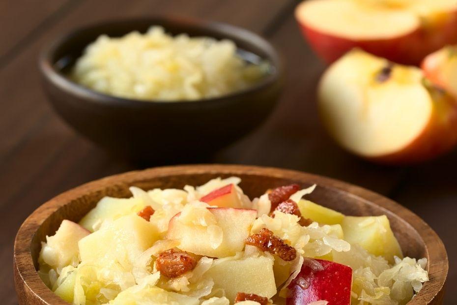 Süß und sauer passt immer gut: Äpfel im Sauerkraut sorgen für eine besondere Note