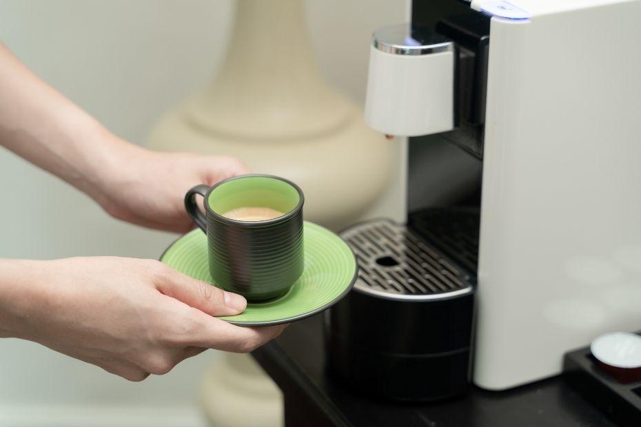 Wer seine Nespresso Maschine öfters entkalkt, kann lange seinen schmackhaften Lieblingskaffee genießen.
