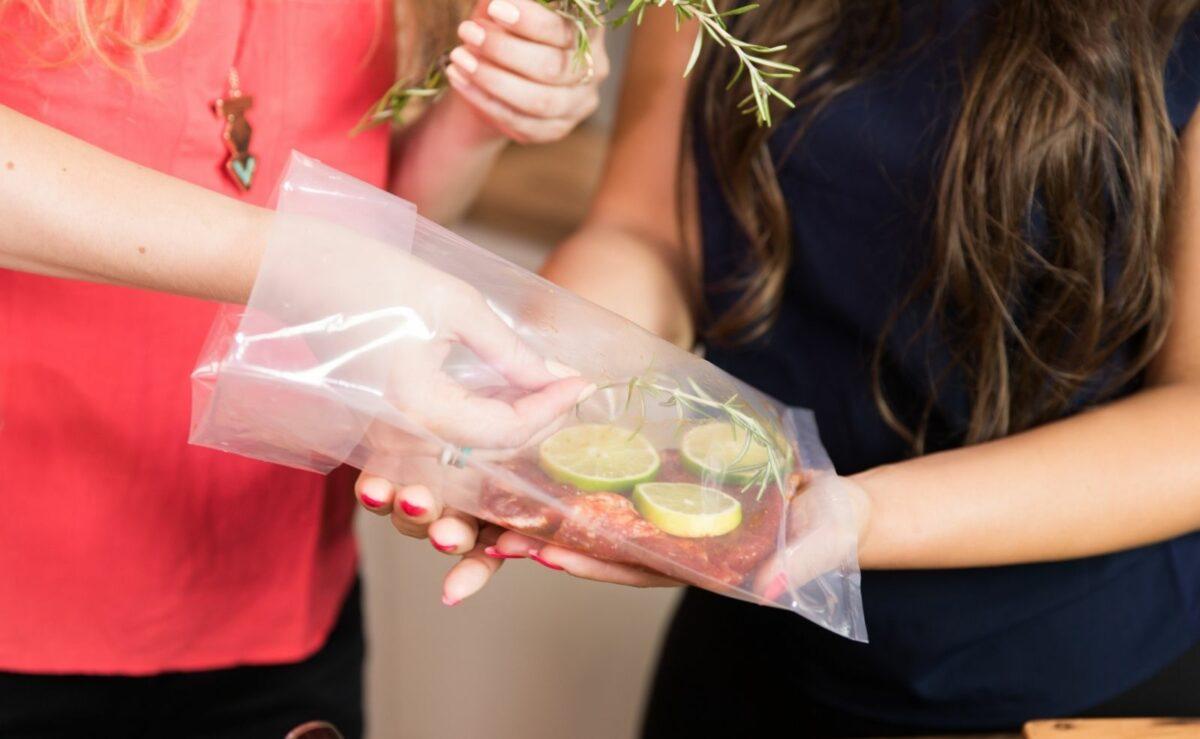 Beim Sous Vide Garen werden die Lebensmittel unter Vakuum schonen im Wasserbad zubereitet