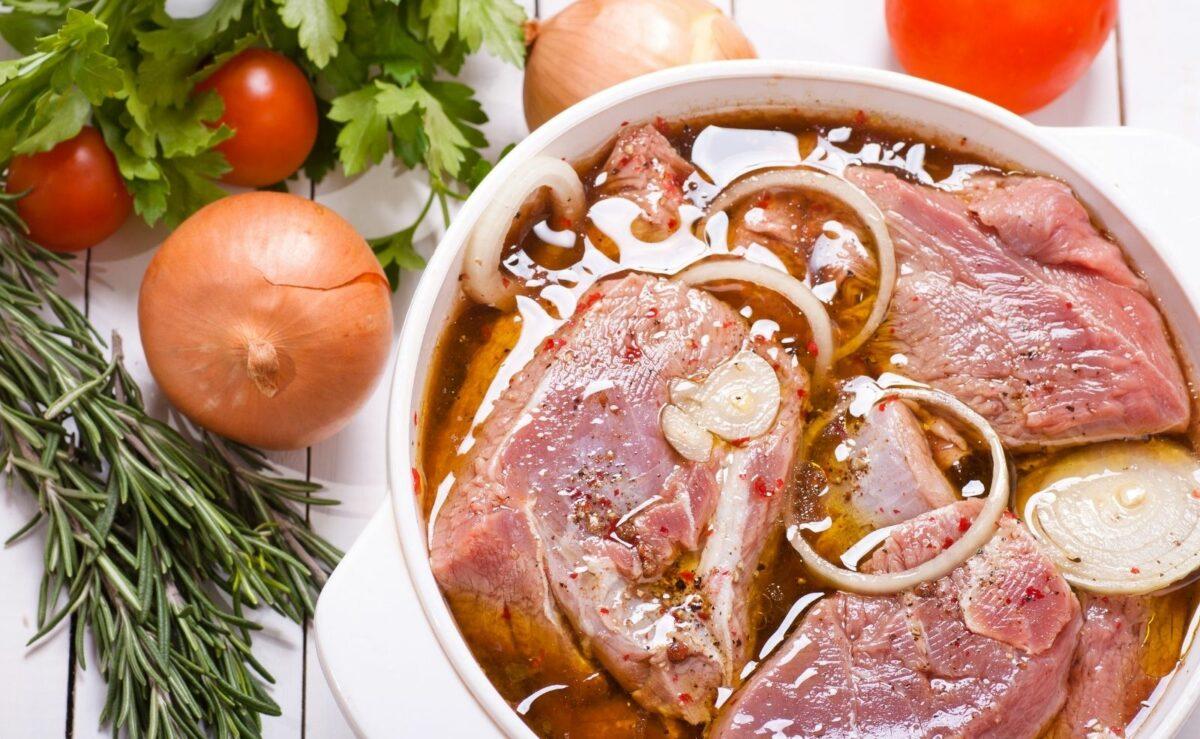 Das Fleisch am besten über Nacht in der Marinade ziehen lassen