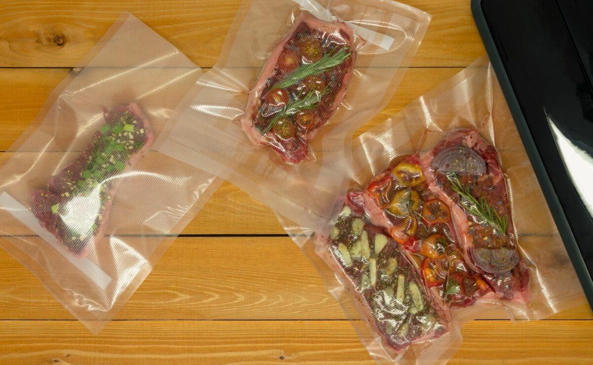 Fleisch, das in dem Sous Vide Garer zuebreitet wird, kann direkt mit der Marinade und den Gewürzen vakuumiert werden
