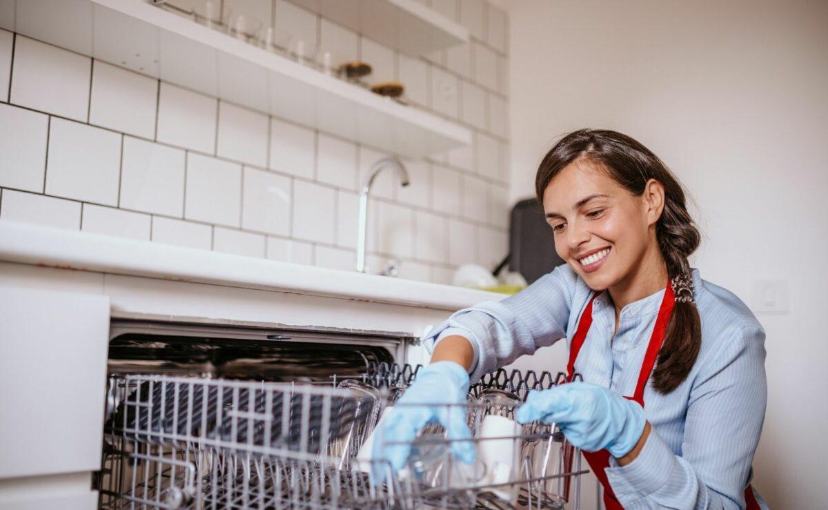 Die Spülmaschine sollte regelmäßig gereinigt werden