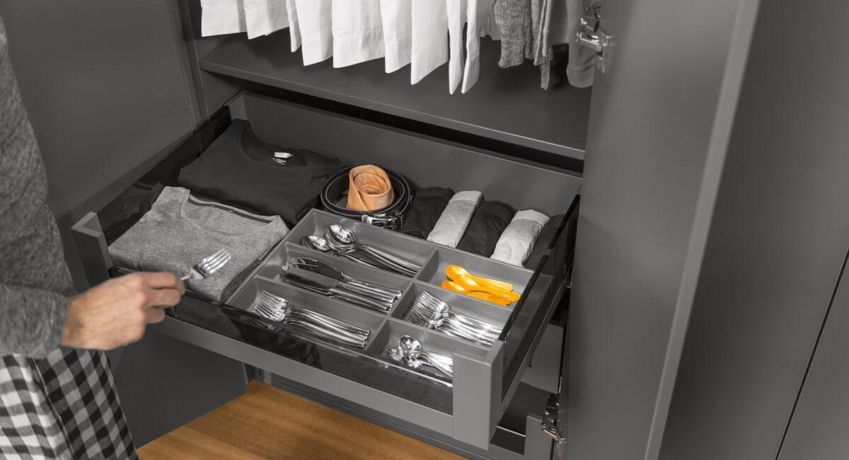 Gedanken bezüglich ordentlicher Unterbringung macht vorab Sinn, nicht dass man doch noch wichtige Küchenutensilien im Kleiderschrank verstauen muss. Foto: Julius Blum GmbH