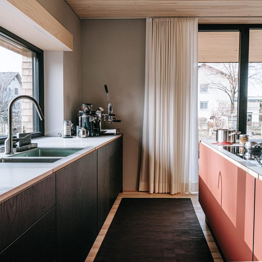 Ein Teppich in der Küche betont das Design und sorgt für mehr Gemütlichkeit. Foto: CLARISSAKORK