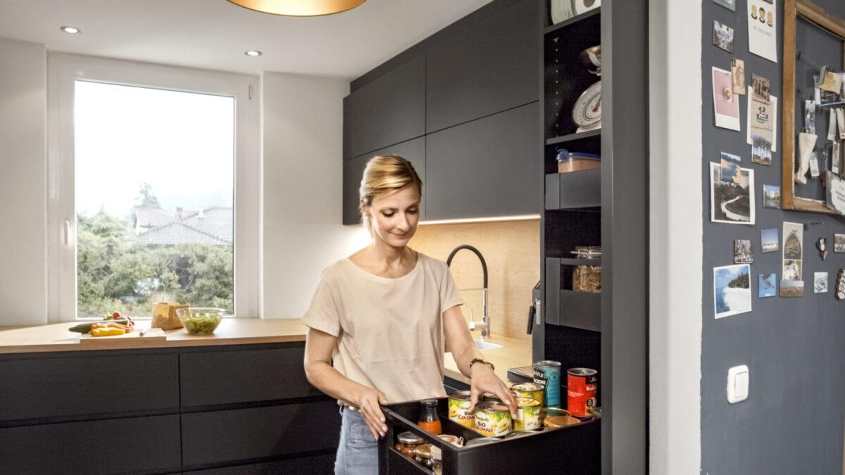 Gerade bei u-förmigen oder zweizeiligen Küchen bietet es sich an, zumindest auf einer Seite extra-tiefe Schränke vorzusehen. So wird beispielsweise der Vorratsschrank zum Stauraum-Wunder. Foto: Julius Blum GmbH