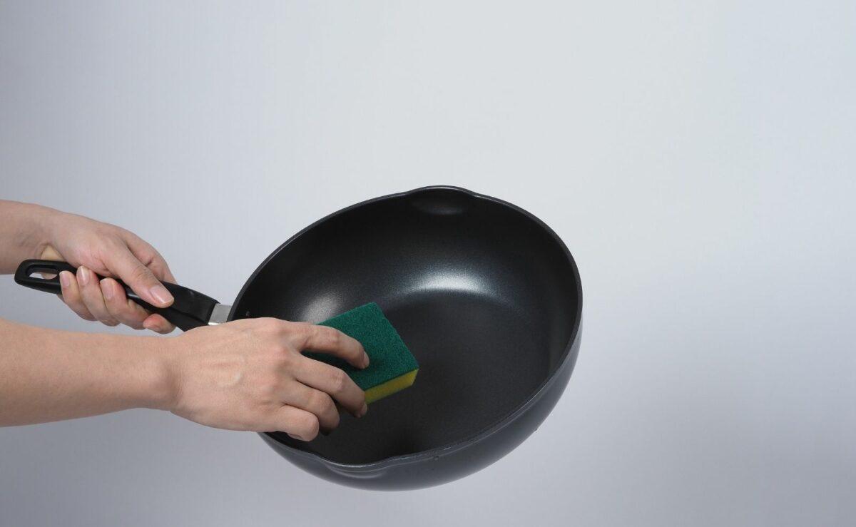 Schmerzliche Erfahrung: Eine beschichtete Pfanne sollte nie mit der rauen Seite eines Schwammes gereinigt werden