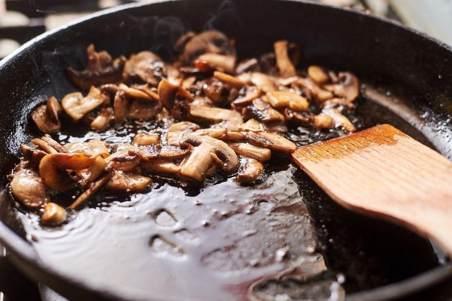 Pilze in Pfanne aufwärmen
