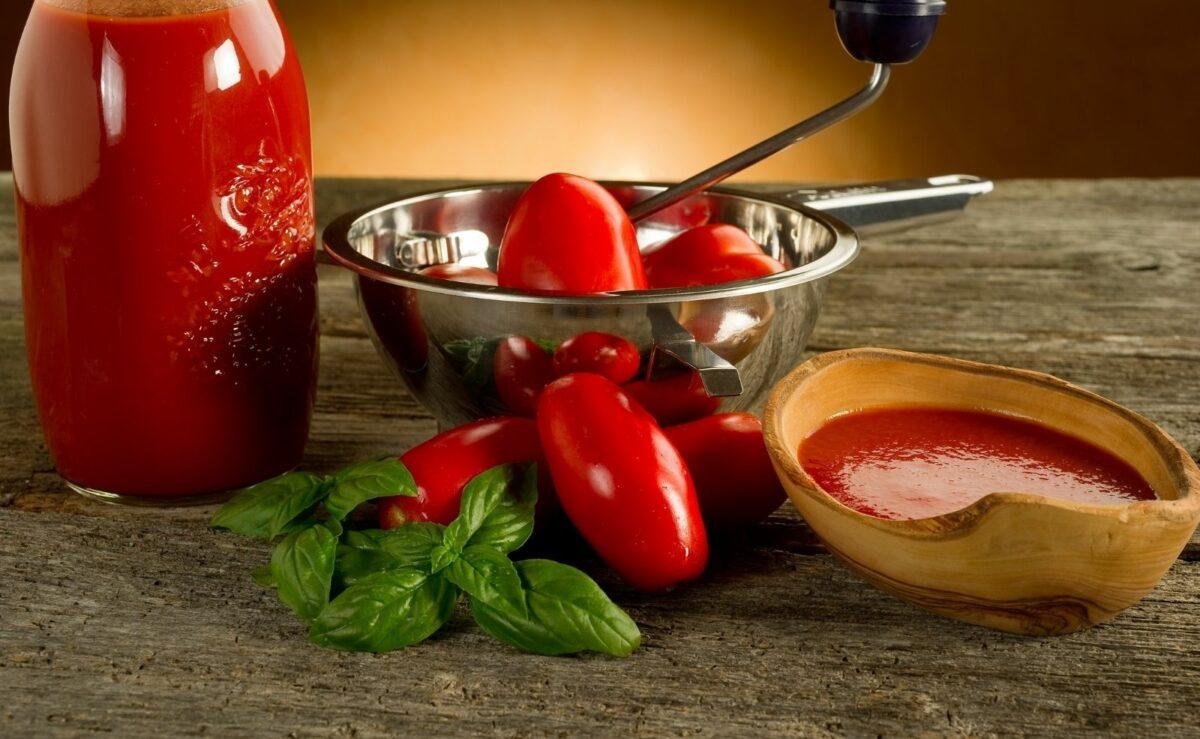 Ganz fein passieren: Mit der flotten Lotte kannst du auch Tomatensoße passieren