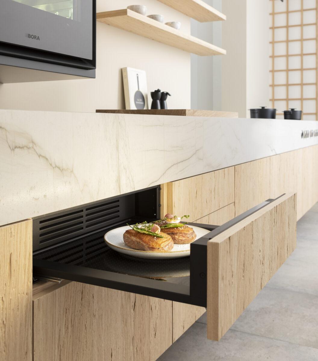 Auf Wunsch kannst die Front der BORA Multischublade wie bei einem Einbaugerät individuell an deine Küche anpassen. Foto: BORA