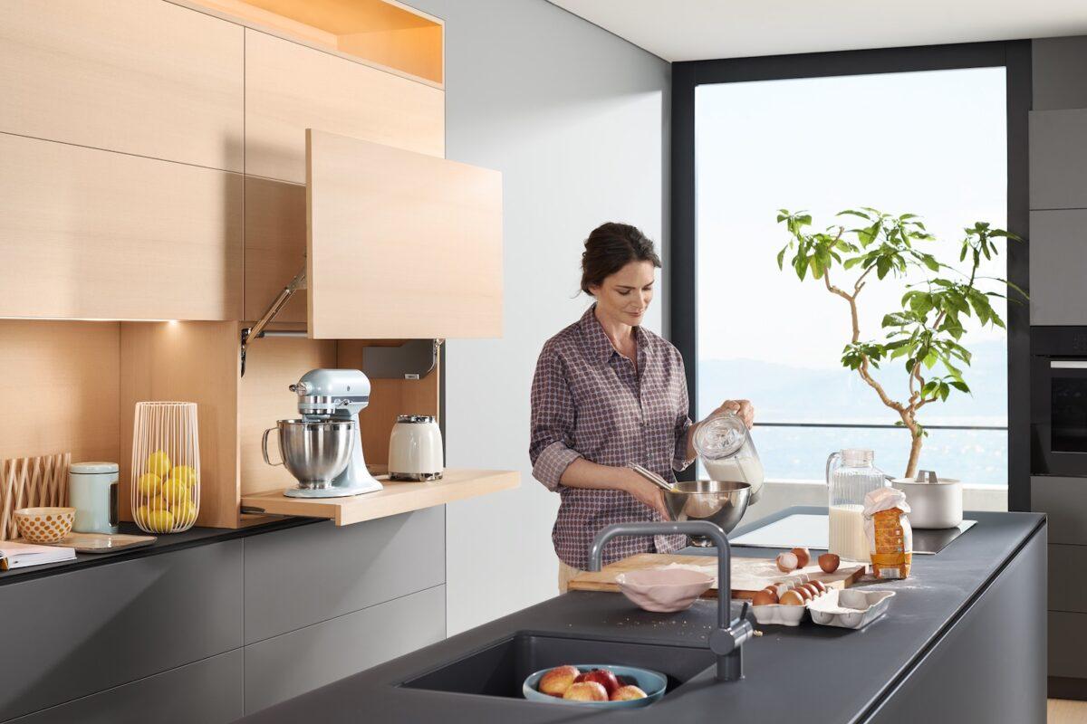 AVENTOS HL – die Klappe, bei der die Front parallel nach oben geliftet wird – eignet sich ideal um Küchen- und Elektrogeräte elegant zu verstecken. Foto: Julius Blum GmbH