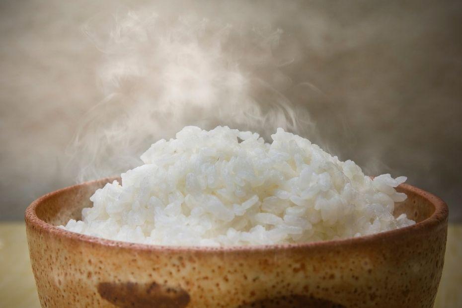 Versalzenem Reis mit nicht gesalzenem Reis mischen