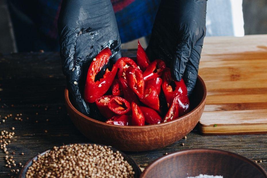 Handschuhe gegen das Brennen von Chilis verwenden