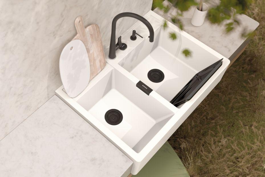 Die angeschrägte Vorderseite der Kallio Spüle macht das Reinigen von Backblechen und Co einfach und unkompliziert. Foto: SCHOCK